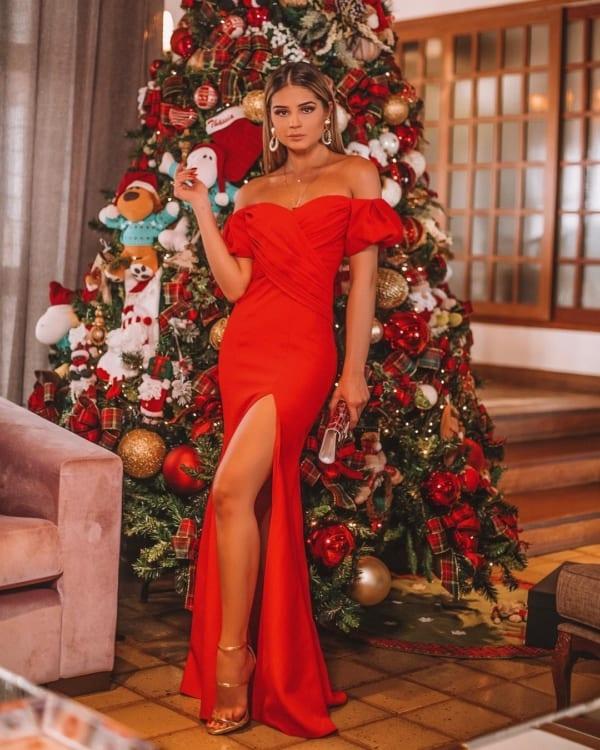look casamento com vestido longo vermelho e sandália dourada