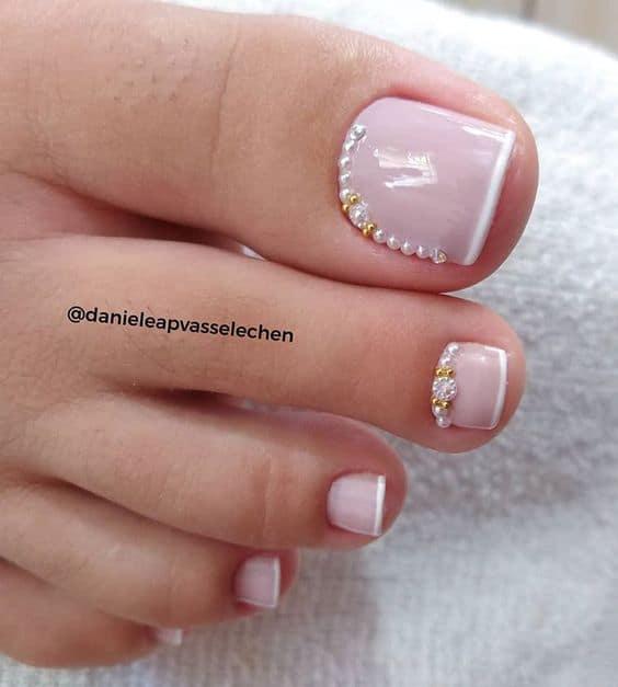 unhas dos pés decoradas com francesinha e pedras