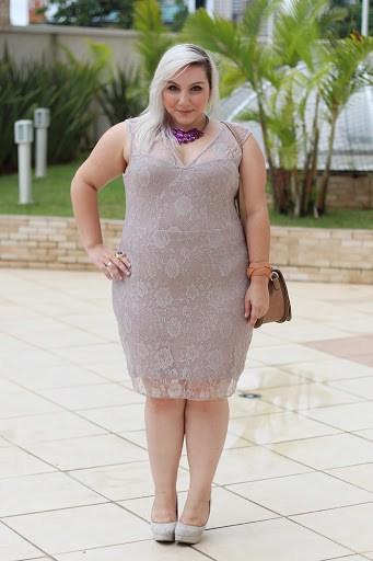 look com vestido plus size nude em renda
