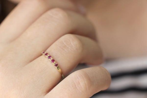 anel em ouro amarelo cravejado com rubis
