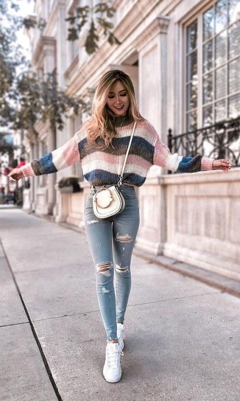 look com bolsa branca pequena e calça jeans