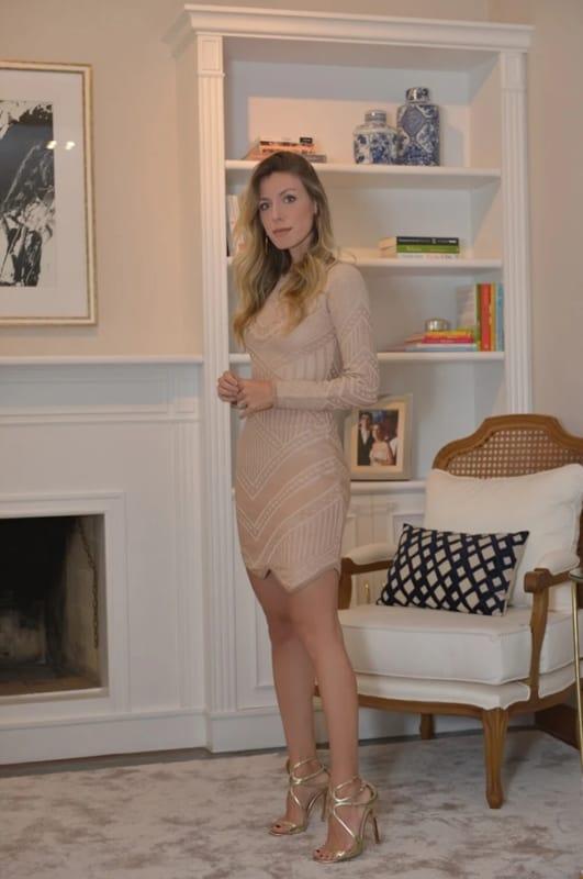 look de festa com vestido nude curto e sandália dourada