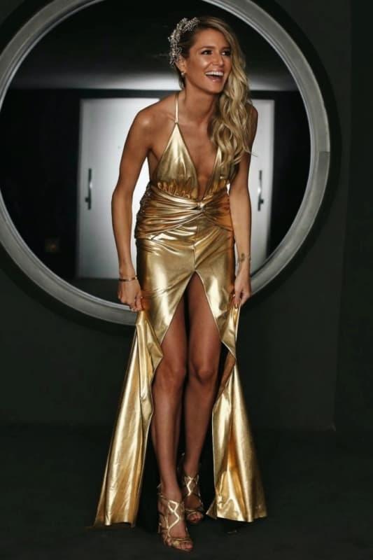 look com vestido dourado e sandália de salto fino