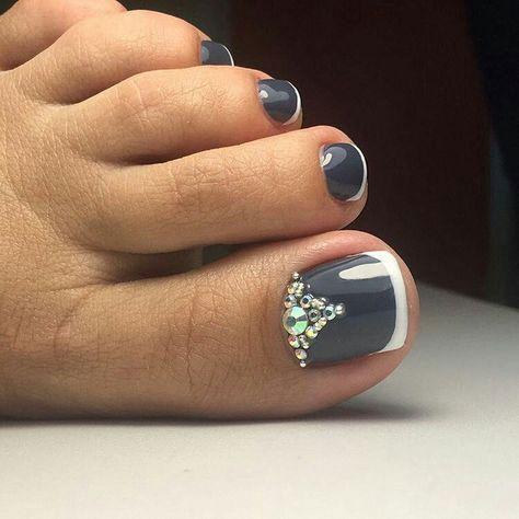 unhas do pé pintadas de cinza com francesinha branca e pedras