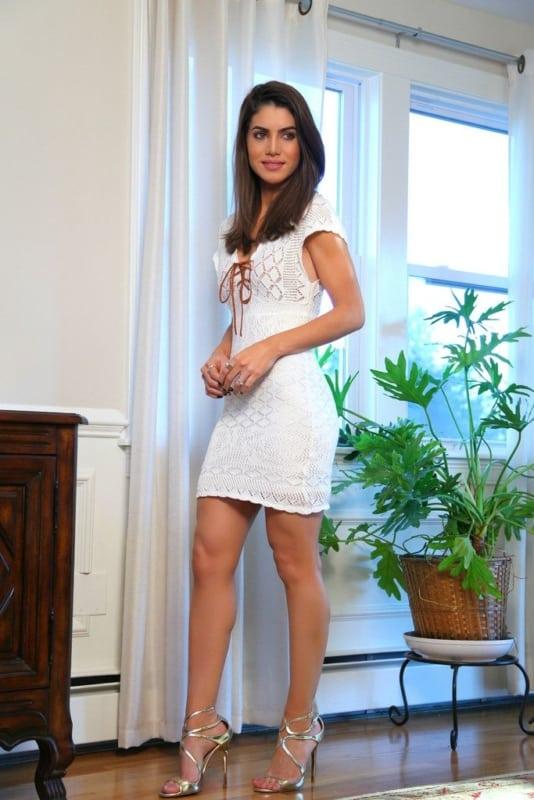 look com vestido branco curto e sandália dourada