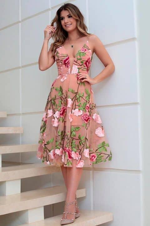 look festa com vestido rodado nude com bordados florais