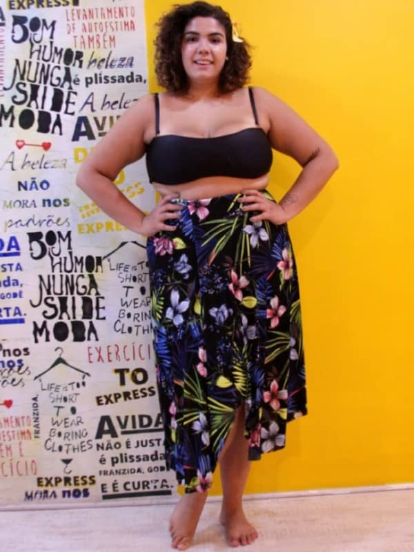look plus size com saia pareô floral