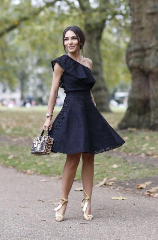 look com vestido preto e sapato dourado