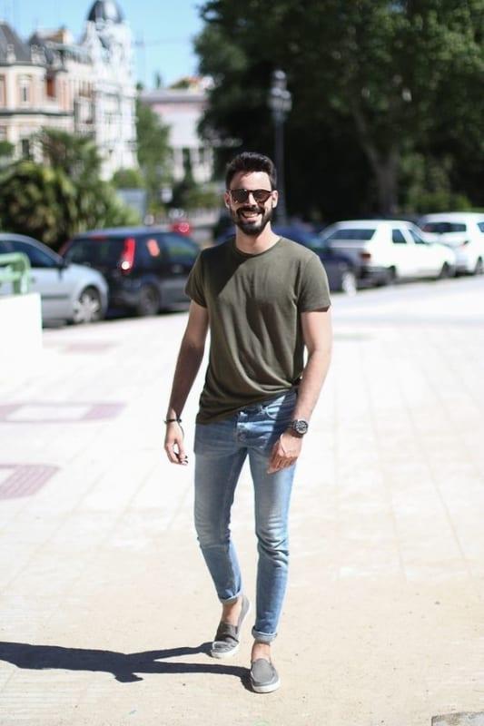 look masculino simples e moderno com calça jeans e camiseta