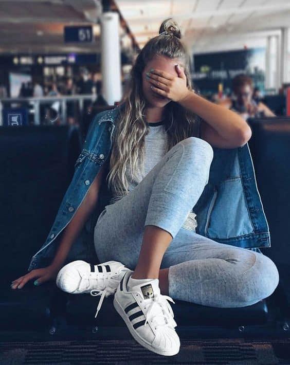 look tumblr com calça e tênis branco da Adidas