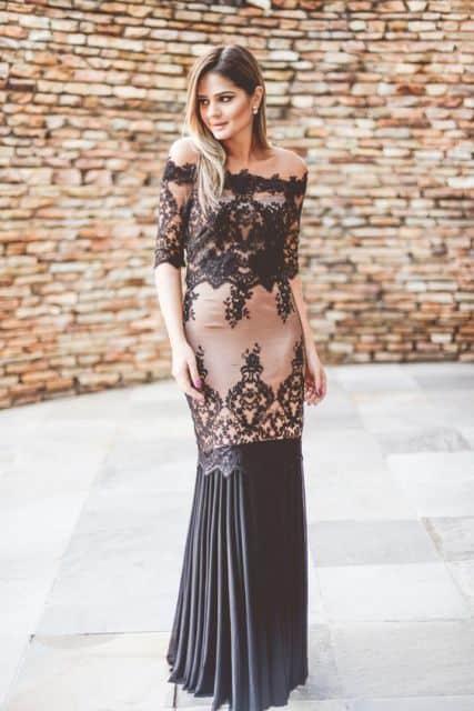madrinha com vestido longo com forro nude e renda preta