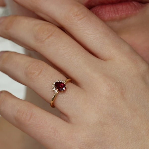 anel de ouro amarelo com rubi e diamantes