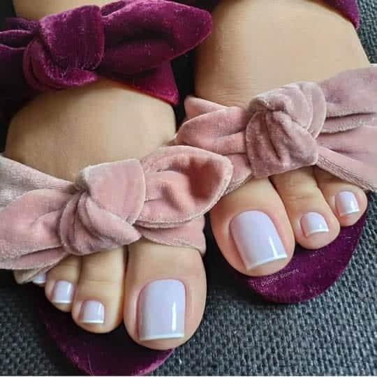 unhas do pé com francesinha branca