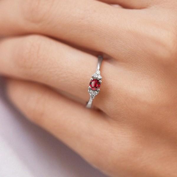 anel em ouro branco com rubi