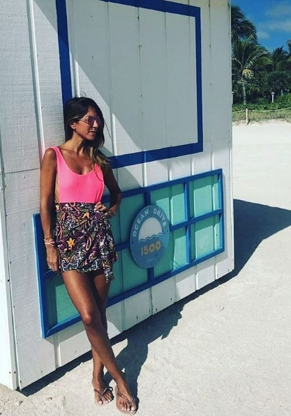 look com saia curta pareô estampada e body neon
