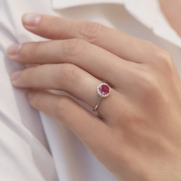 anel em ouro branco com rubi e diamantes