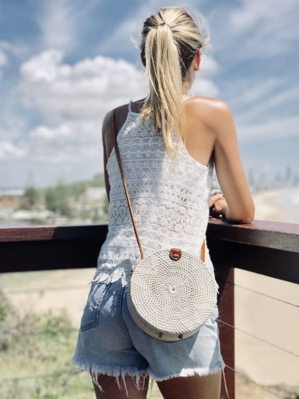 look de verão com bolsa branca redonda