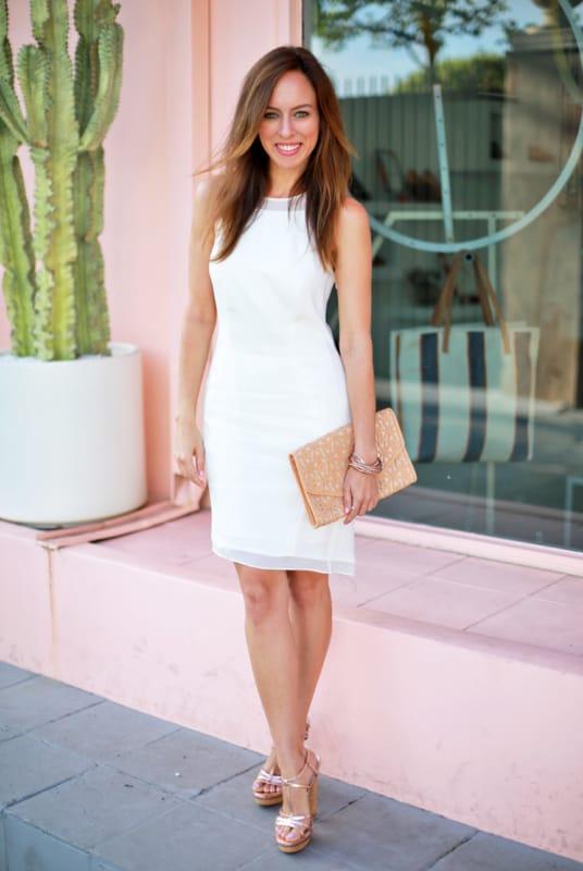 look com vestido branco e sandália meia pata dourada