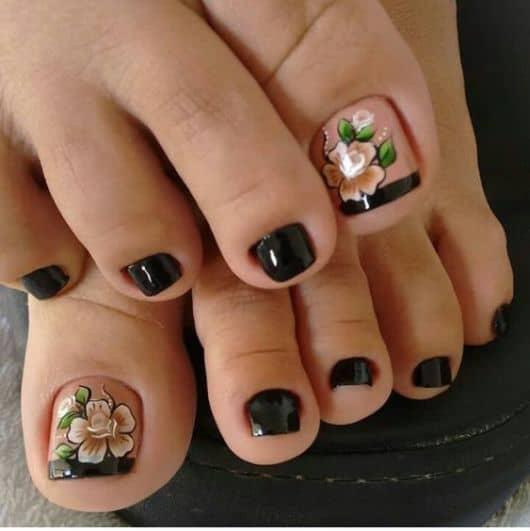 unha do pé decorada com francesinha preta