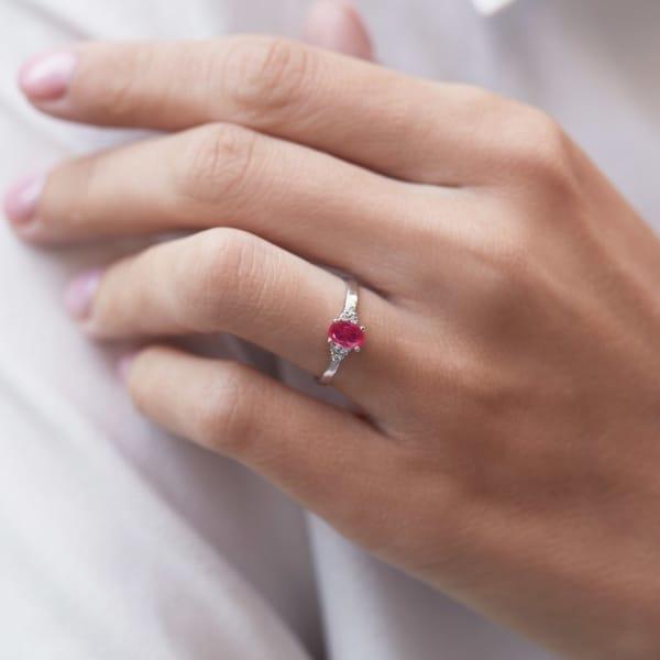 anel de ouro branco com pedra de rubi