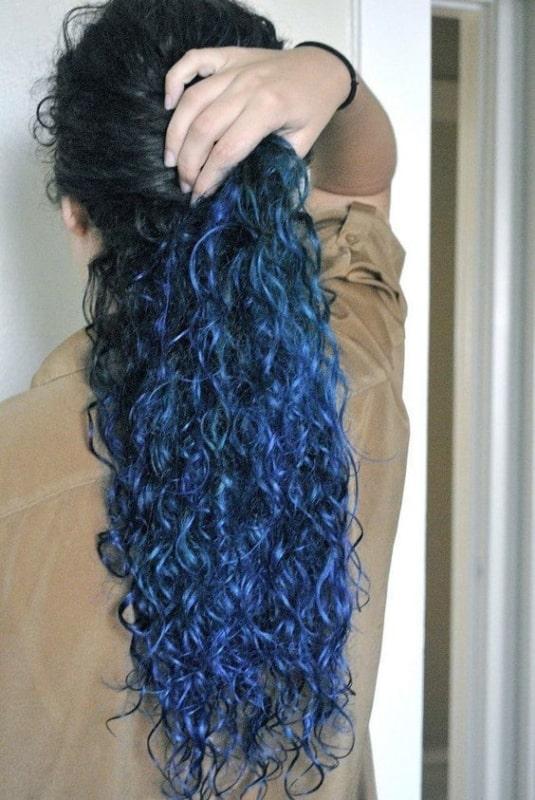 Cabelo cacheado com pontas azuis