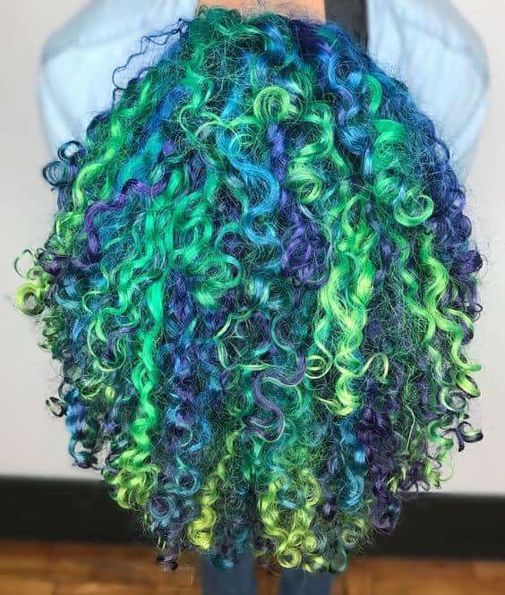 Cabelo cacheado verde e azul