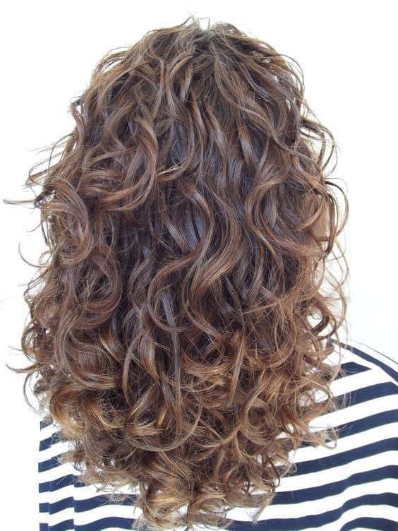 Cabelo encaracolado em corte para cabelo armado