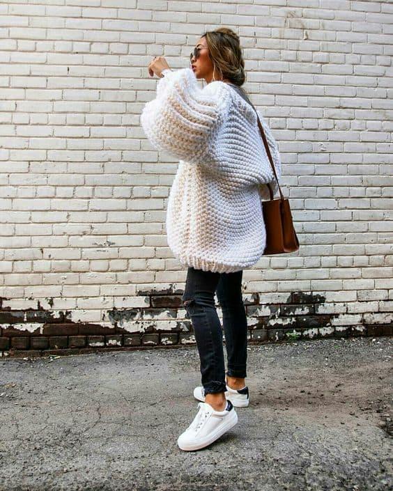 Calça skinny com pulôver branco pesadão