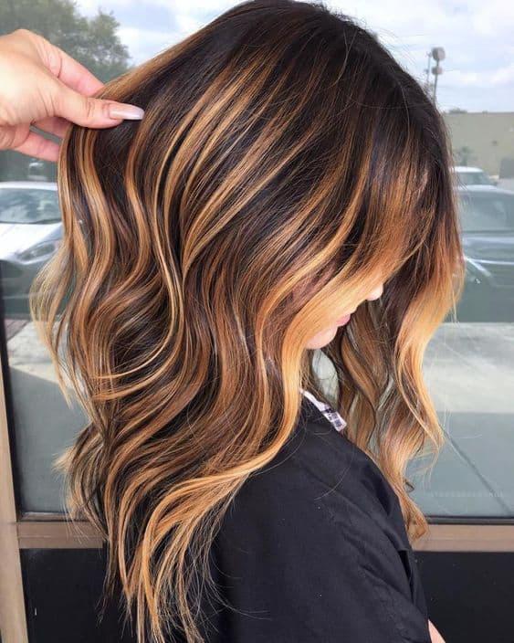 Castanho iluminado em cabelo liso