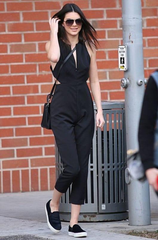 Kendall Jenner com macacão e slip on preto
