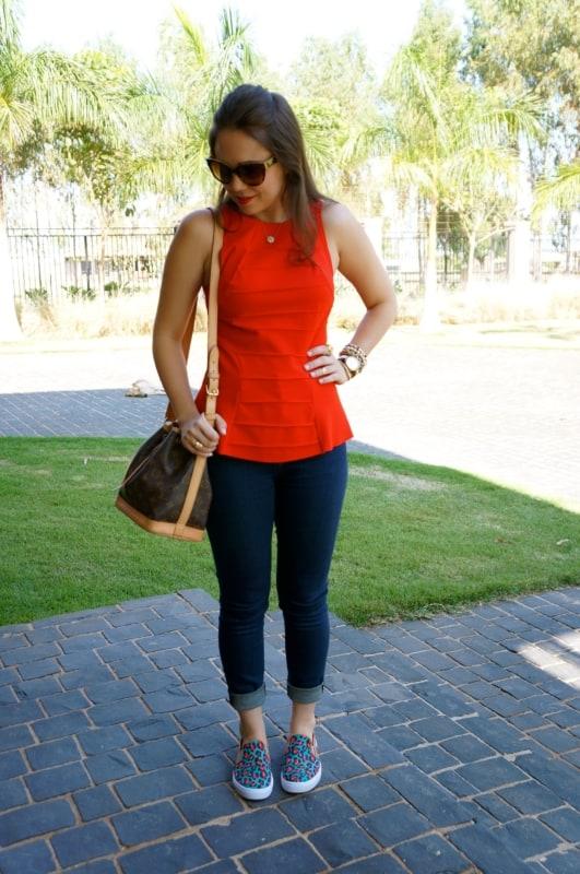 Look com jeans e blusa colorida com slip on feminino estampado