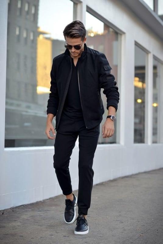 Look preto com tênis preto masculino