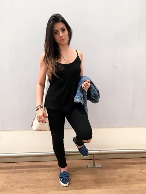 Look todo preto com slip on feminino jeans