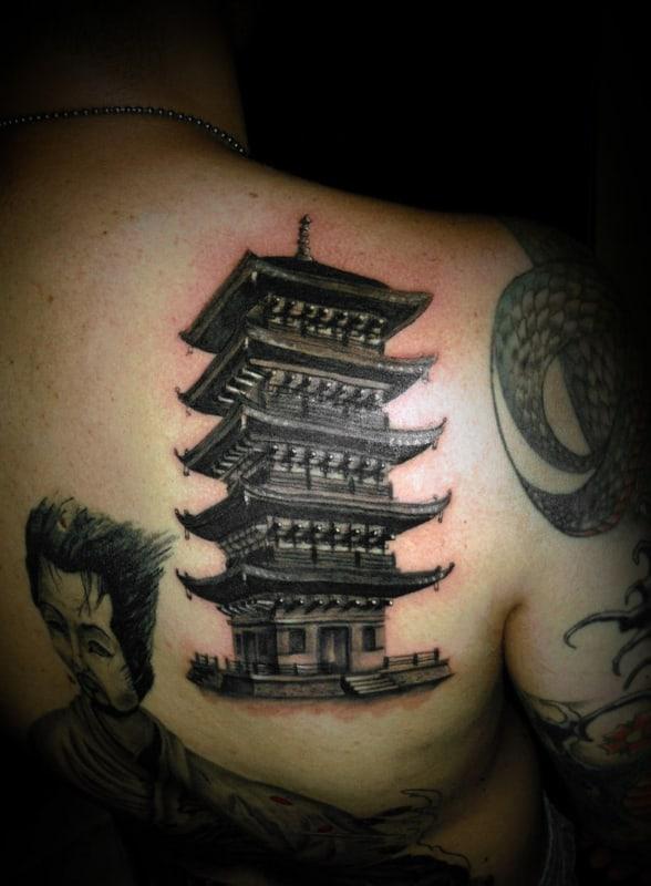 Tatuagem templo chines nas costas