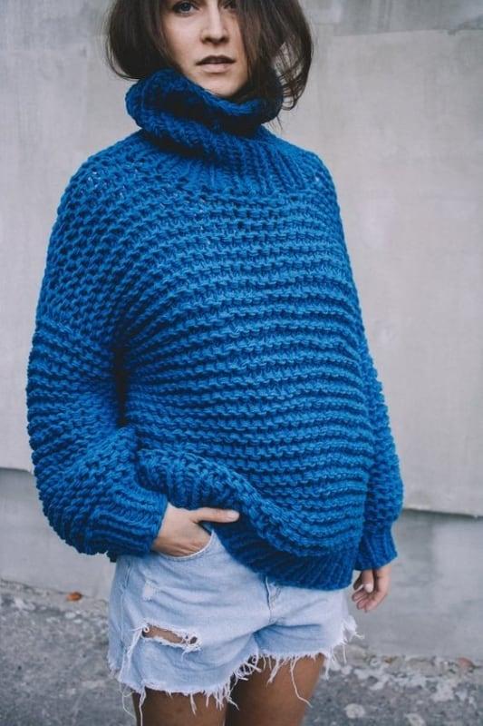 Visual diferente com pulôver azul e short jeans