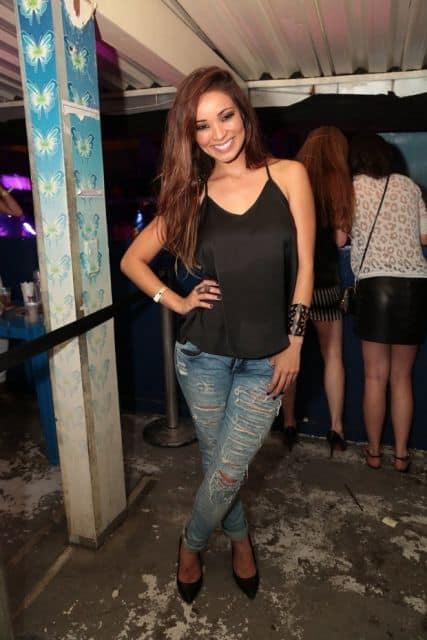 looks para baile funk calça jeans rasgada