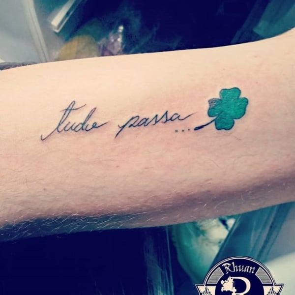 tatuagem Tudo Passa com trevo