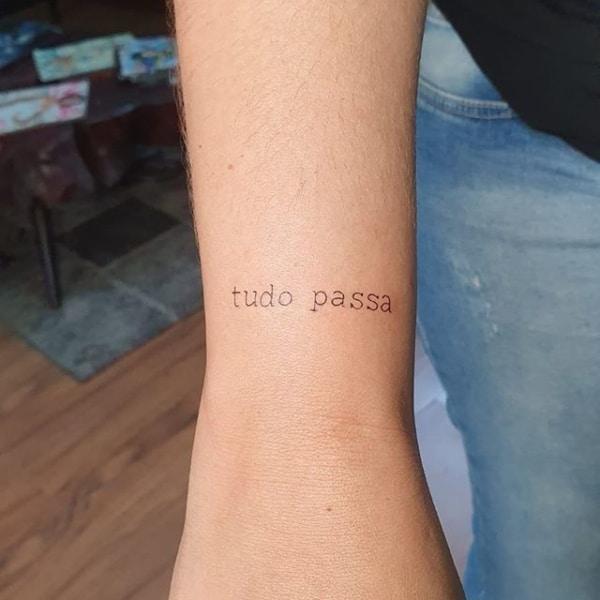 tatuagem Tudo Passa delicada e simples