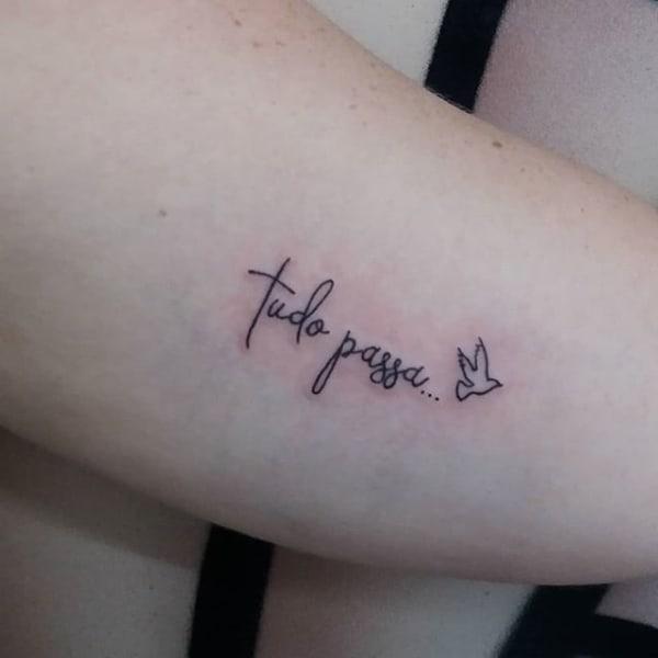 tatuagem Tudo Passa delicada