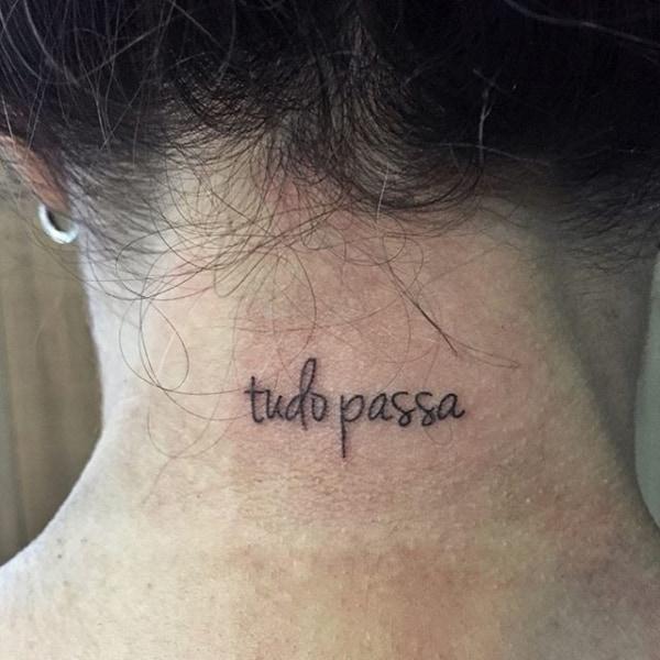 tatuagem Tudo Passa pescoço nuca