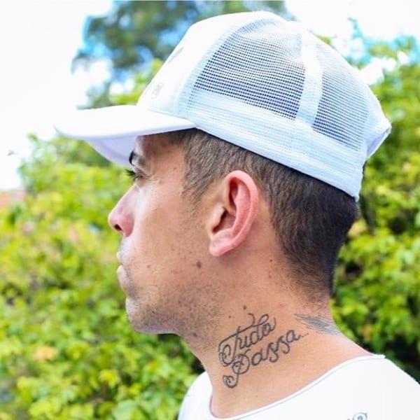 tatuagem Tudo Passa pescoço