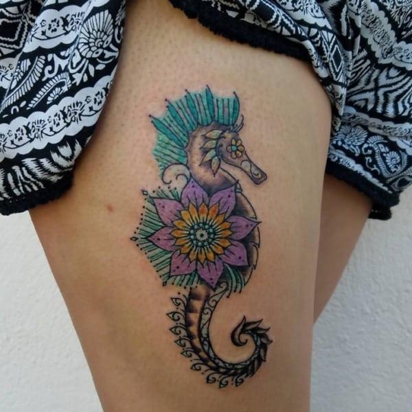 tatuagem cavalo marinho com flor