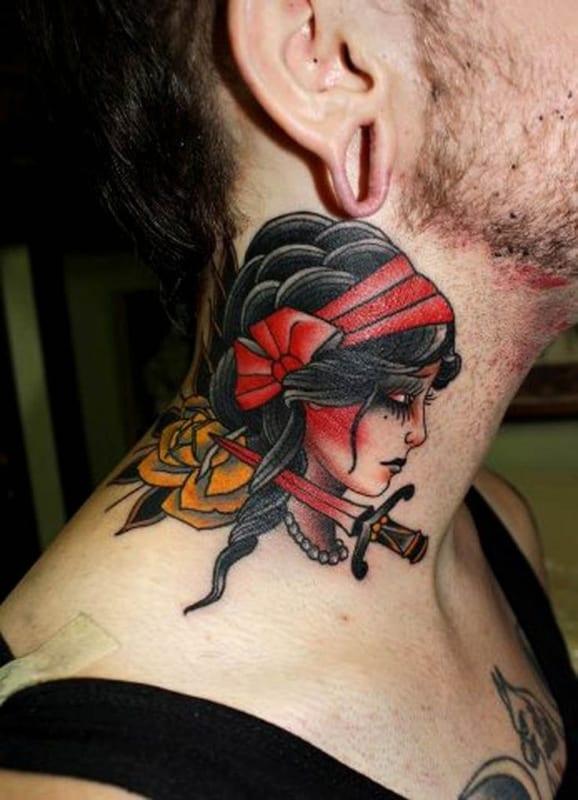 tatuagem cigana no pescoço