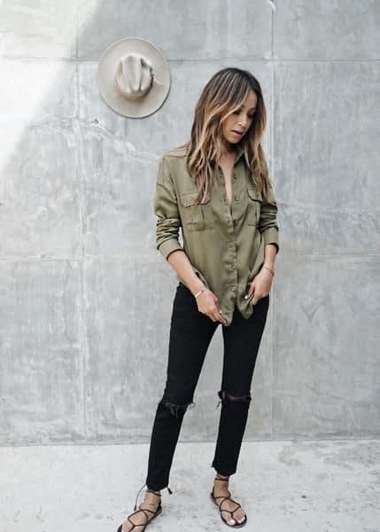 look com calça preta e camisa verde militar