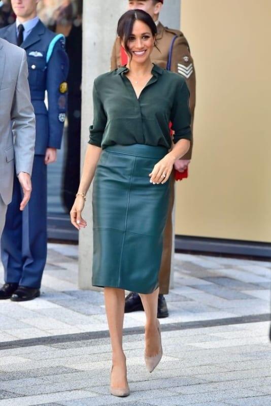 look com saia midi de couro e camisa verde militar