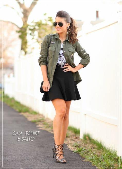 look com saia rodada preta e sobreposição de camisa verde