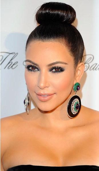 Kim Kardashian com brinco redondo preto com pedras