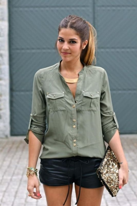 look com short de couro e camisa verde militar