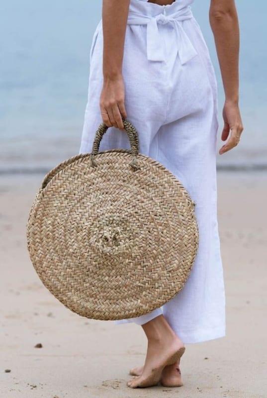 look de praia com bolsa redonda grande