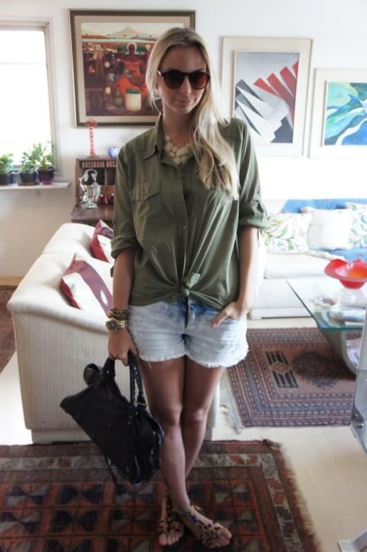 look dia a dia com camisa verde militar e short jeans